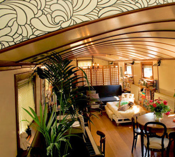 Small_pia_houseboat